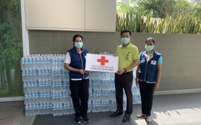 วันที่ 21 เมษายน 2564 แพทย์หญิงสุวรรณา ไชยชุมศักดิ์ นายกเหล่ากาชาดจังหวัดนนทบุรี มอบหมายให้ เจ้าหน้าที่เหล่ากาชาดฯ มอบน้ำดื่ม สนับสนุนแก่บุคลากรทางการแพทย์ รพ.ศูนย์บริการฯ