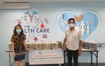วันที่ 6 ตุลาคม 2564 ครอบครัวชาญชลยุทธและครอบครัวสมิตปัญญา บริจาคข้าวกล่อง จำนวน 150 กล่อง ให้กับบุคลากรทางการแพทย์ และเจ้าหน้าที่โรงพยาบาลศูนย์บริการการแพทย์นนทบุรี